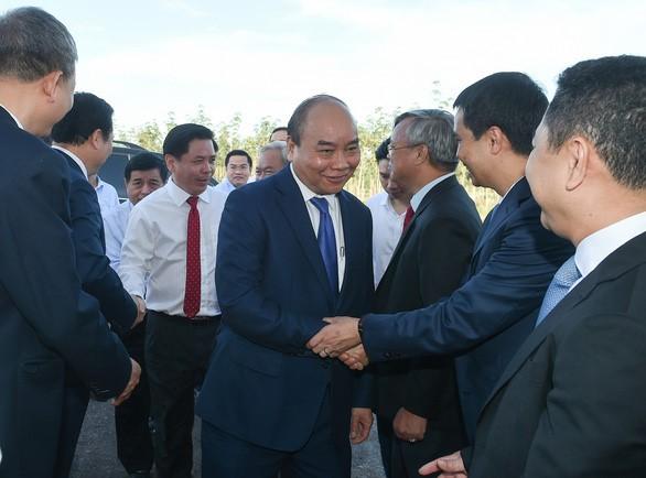 Thủ tướng Nguyễn Xuân Phúc bắt tay đoàn